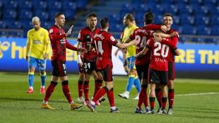 Los jugadores del Mirandés se abrazan celebrando un gol ante la...