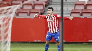 Gaspar celebra uno de sus dos goles con los que el Sporting doblegó...