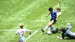 Maradona al momento de marcar el gol del siglo en México 86