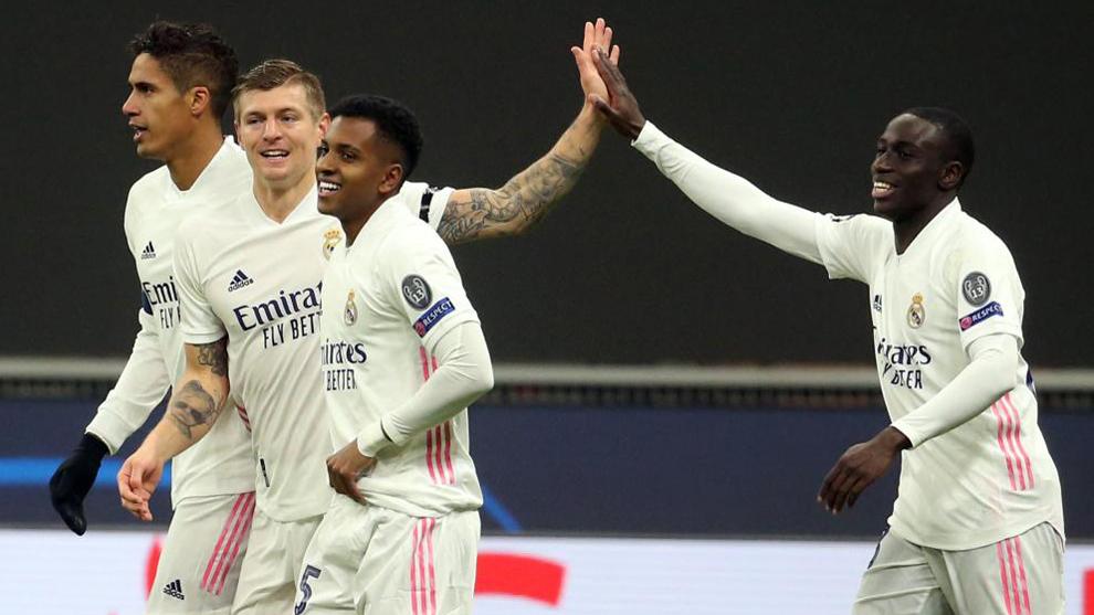 Los jugadores del Madrid celebran el 0-2