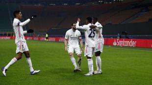 Los jugadores del Real Madrid celebran el gol de Rodrygo