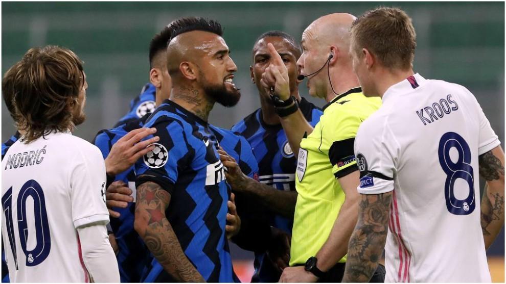 Vidal se encara con el árbitro tras ser expulsado ante el Real...