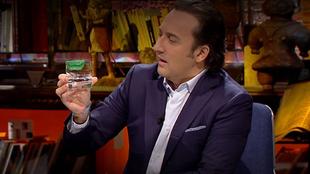 Iker Jiménez con el  protector labial inventado por el doctor...