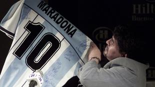 Maradona con el dorsal 10 en la camiseta.