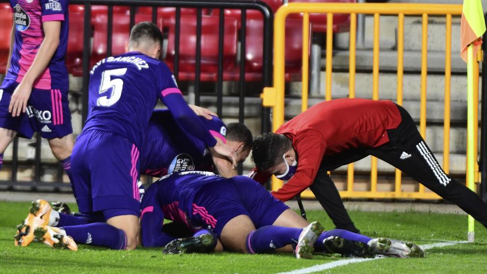 Jugadores del Real Valladolid celebrando el tercer gol en el partido...