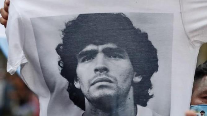 Una camiseta con la imagen de Maradona.