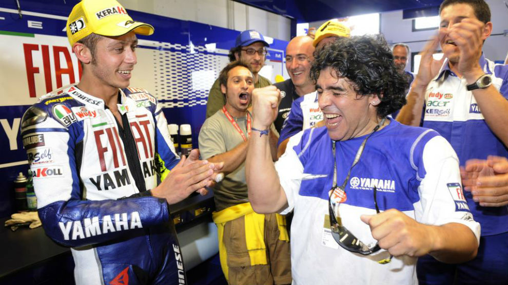 Maradona, en el box de Yamaha en San Marino 2008 junto a Rossi.