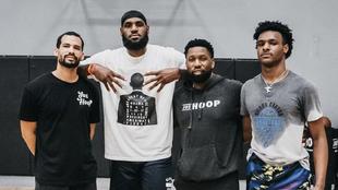 LeBron James junto a su hijo Bronny (primero por la derecha) en un...