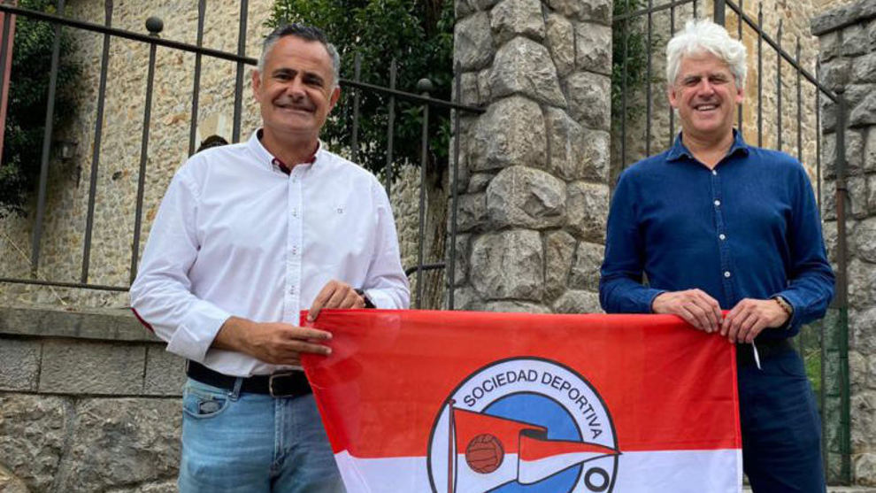 Manu Calleja, entrenador del CD Laredo junto a Manuel del Valle,...