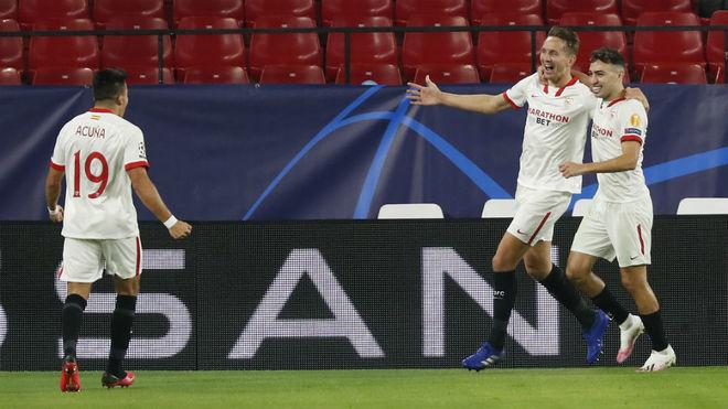 Acuña celebra un gol con De Jong y Munir.