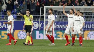 El árbitro concede el 2.1 al Huesca ante el Sevilla en marzo de 2019.