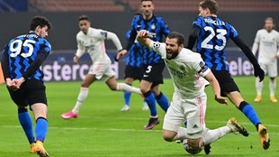 Nacho es derribado por Barella en la jugada del penalti que convirtió...