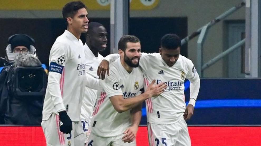 Varane, Mendy y Nacho felicitan a Rodrygo por su gol al Inter.