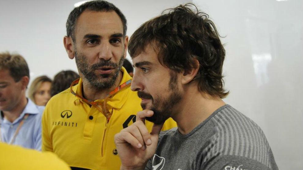 Abiteboul y Alonso, durante una carrera en 2018. Ahora trabajan ...