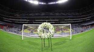 La administración del Estadio Azteca rindió un homanaje a Maradona....