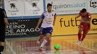 Javi Alonso conduce el balón ante Felipe Valerio en el Fútbol...
