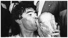 Diego Armando Maradona besa la Copa del mundo ganada en México.