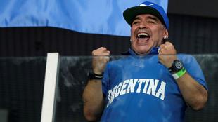 Maradona con sus dos relojes apoyando a la Albiceleste
