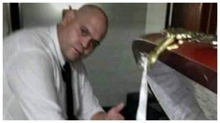 El empleado de la funeraria que se fotografió con Maradona.