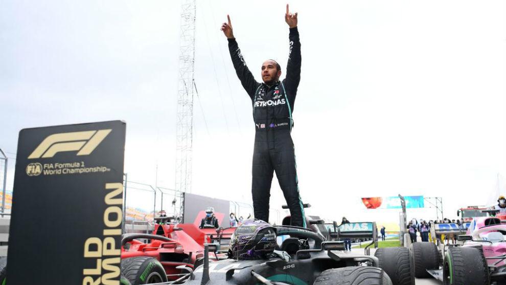Hamilton, celebrando su séptimo título Mundial