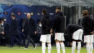 Zinedine Zidane pasa delante de sus jugadores, segundos antes de...