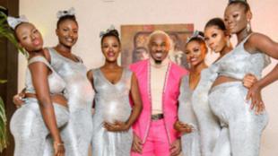Mike, con las seis mujeres embarazadas.