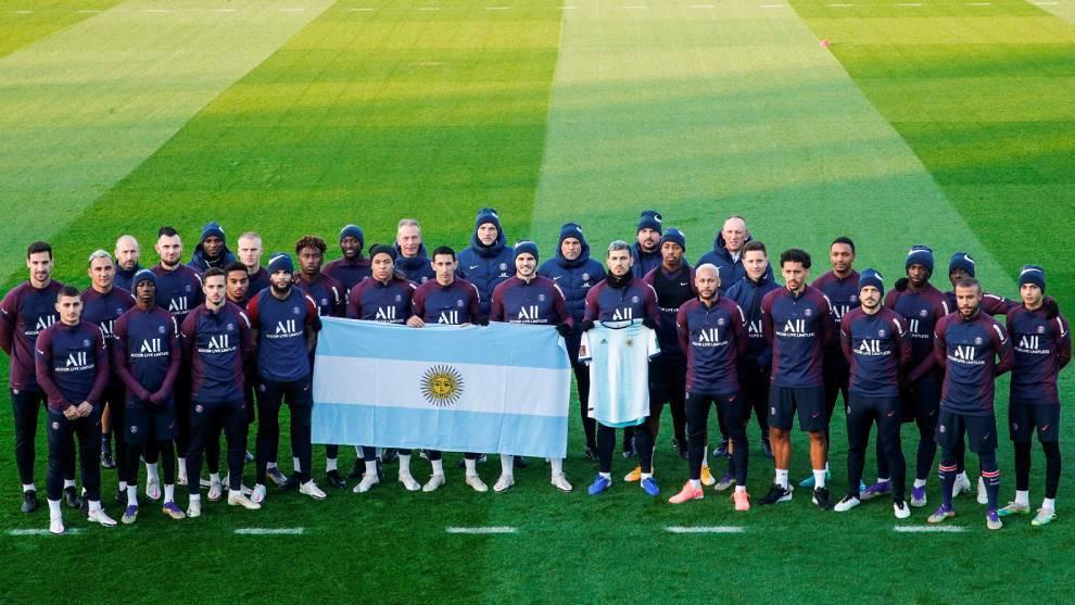 La plantilla del PSG rinde homenaje a Maradona antes del...