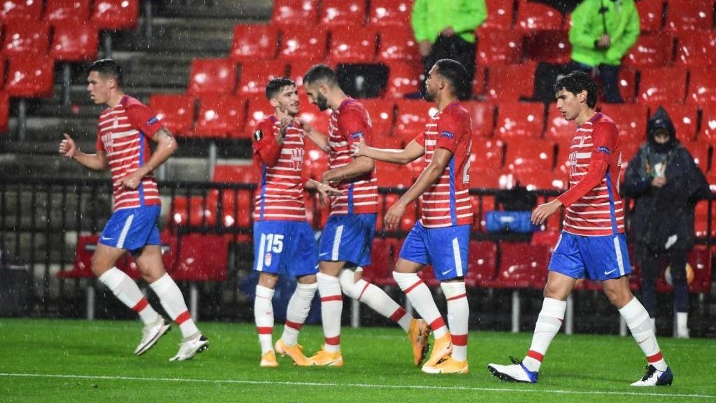 Los jugadores del Granada celebran el gol de Luis Suárez en Los...