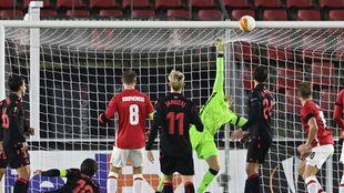 Remiro realiza una gran estirada en el partido ante el AZ Alkmaar.