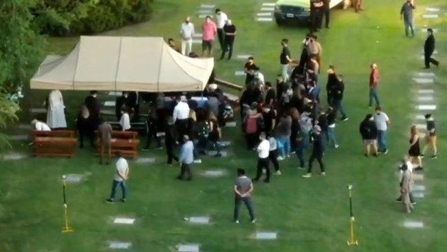 En directo: se cuelan drones en el cementerio para emitir el entierro de Maradona
