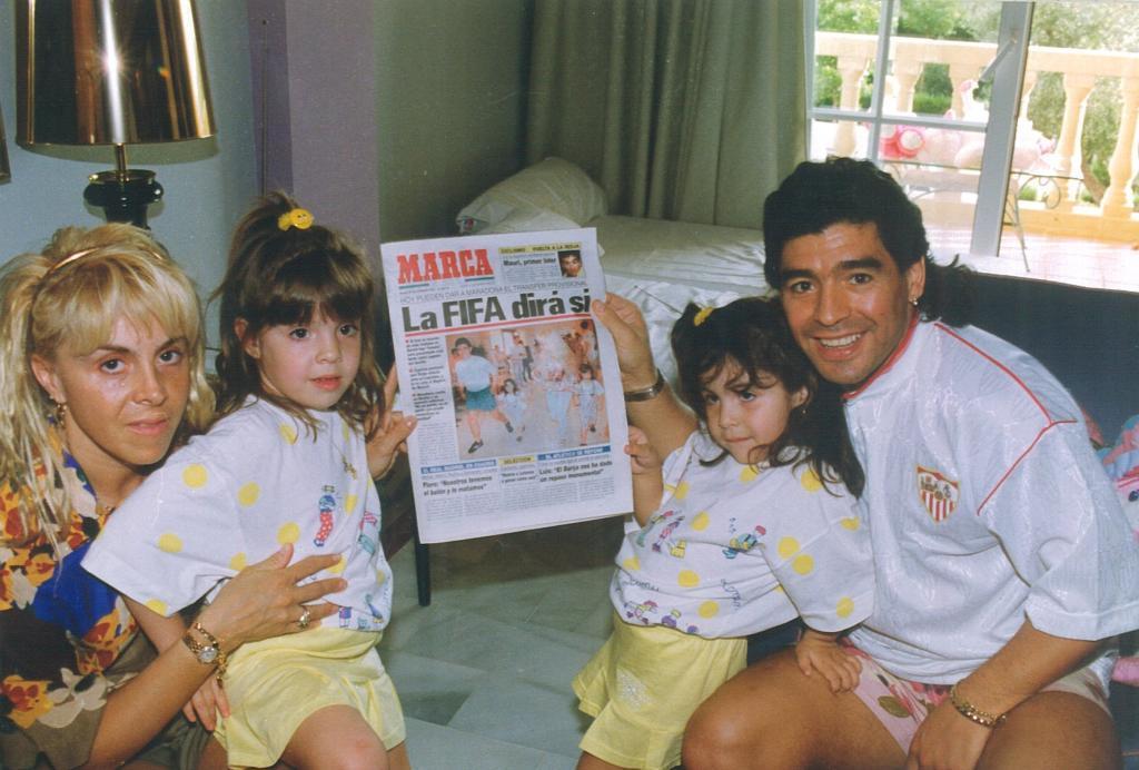 Claudia Villafañe, con sus hijas Dalma y Gianinna y Diego.