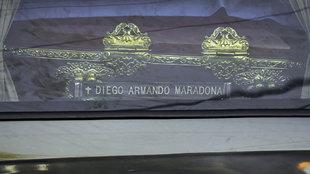 El féretro de Diego Armando Maradona, en el coche.