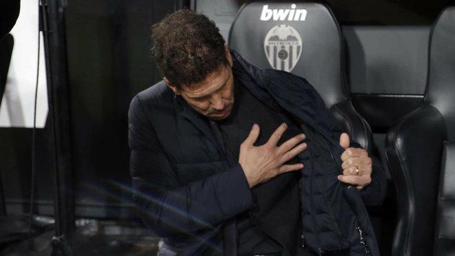 El técnico del Atlético, Diego Simeone, en el banquillo de Mestalla,...