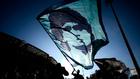 Una bandera con el rostro de Maradona ondea en el cielo argentino