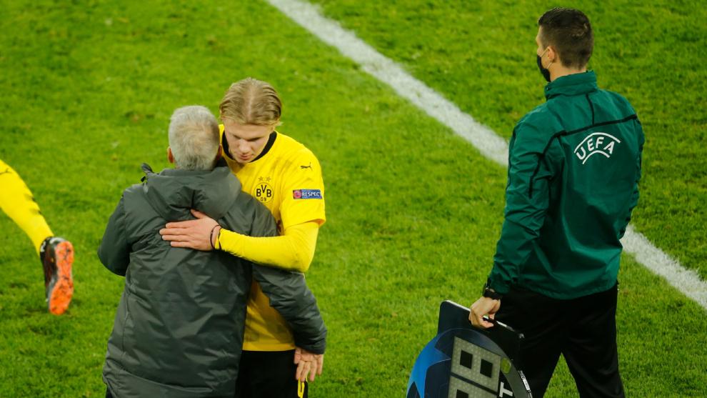 El técnico del Borussia Dortmund felicita a Haaland al ser sustituido...