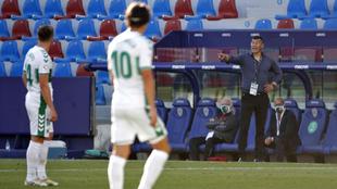 Jorge Almirón da indicaciones a sus jugadores durante el partido de...