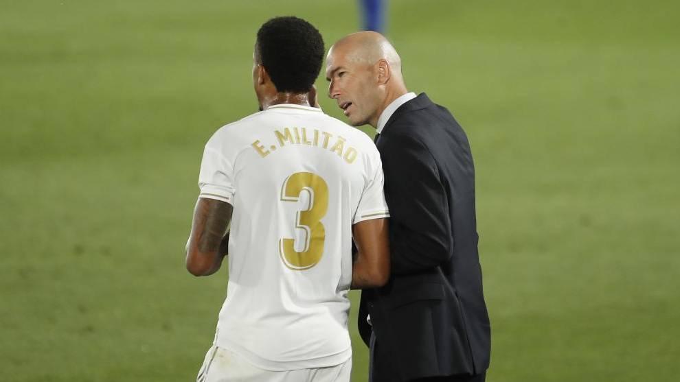Militao recibe instrucciones de Zidane antes de salir al campo.