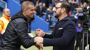Garitano y Bordalás se saludan antes de un partido de LaLiga.