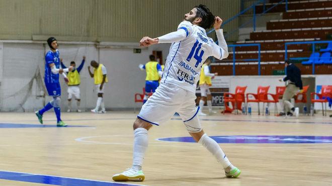 Miguel celebra uno de sus goles con O Parrulo.