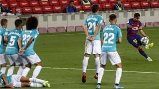 Messi lanza una falta en el partido del curso pasado