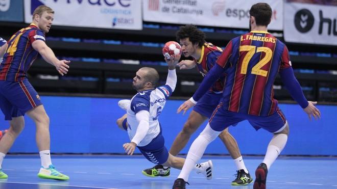 El central del Granollers Lancina lanza ante el Barcelona /