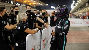 Hamilton celebra junto a su 'fisio', Angela y su equipo, la...