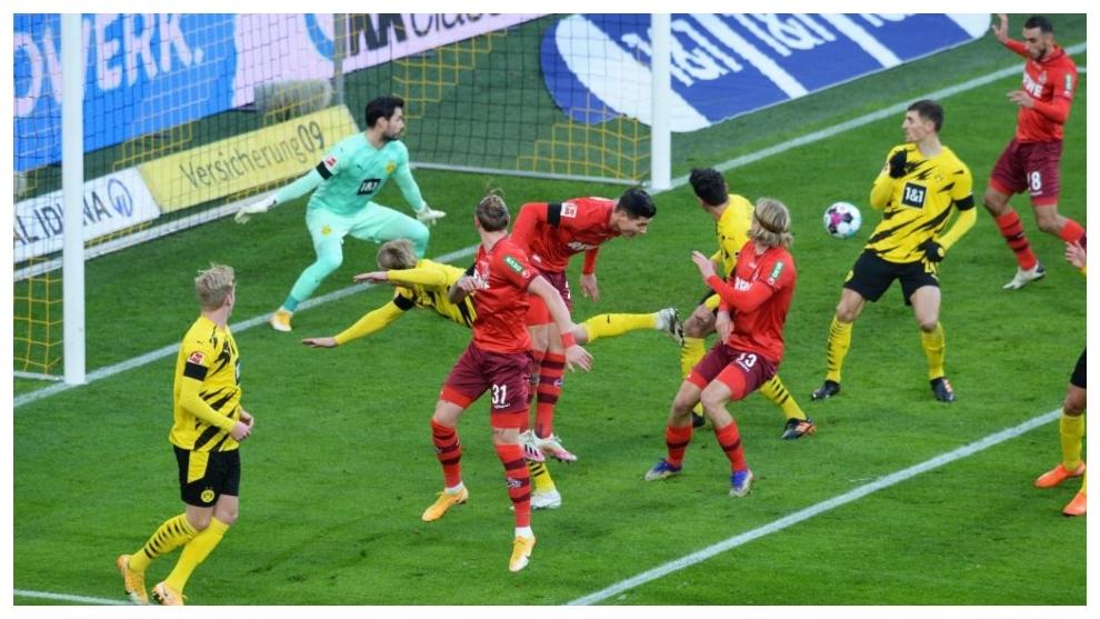 Ellyes Skhiri marca contra el Borussia Dortmund.