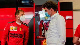 Binotto y Vettel, en el box de Ferrari en el circuito de Mugello esta...