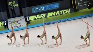 El conjunto turco, en el ejercicio mixto de aros y mazas.