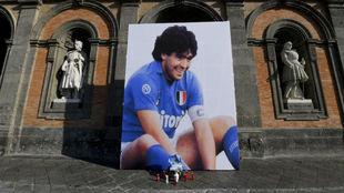 Foto de Maradona colocada en la Plaza del Plebiscito en Nápoles tras...