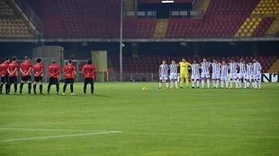 Los futbolistas del Benevento y Juventus guardan un minuto de silencio