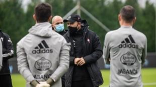 Coudet charla con los jugadores en un entrenamiento del Celta.