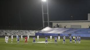 Los jugadores del Real Madrid y Alavés en el minuto de silencio por...