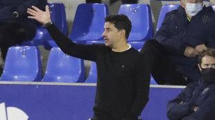 Míchel da instrucciones durante el Huesca-Sevilla